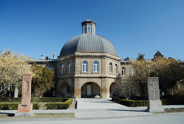 Геворгская семинария была создана в Эчмиадзине в 1870 году на основе Вагаршапатской духовной школы. В ней училось практически все высшее руководство ААЦ. В ее же стенах, согласно журналистским расследованиям, процветала педофилия.