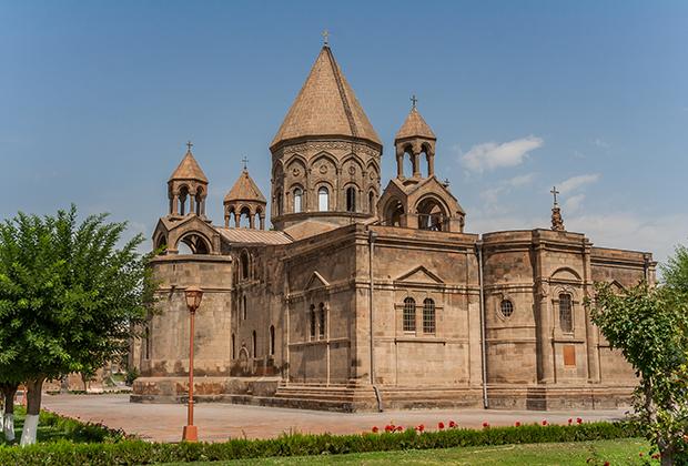 Эчмиадзинский кафедральный собор —главный храм Армянской апостольской церкви.