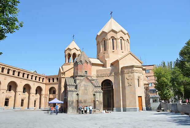 Новая церковь богоматери Катогике, рядом с которой находится резиденция Католикоса в столице. Ее строительство обошлось в пять миллионов долларов, а ради дворца было снесено здание института иностранных языков.