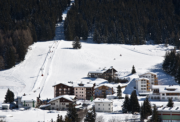 Большую часть года Давос —один из многих горнолыжных курортов Швейцарии