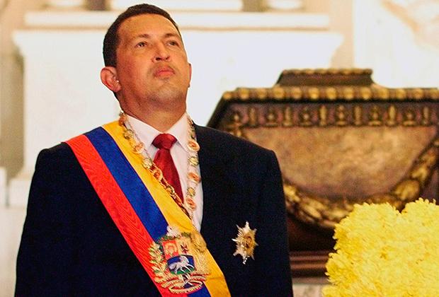 Уго Чавес возле могилы Симона Боливара после присяги