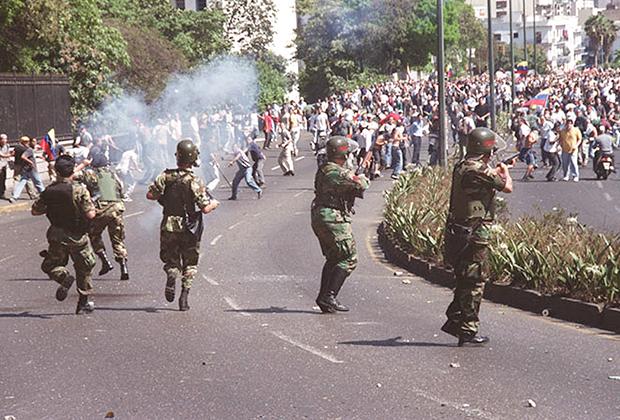 Разгон протестующих в Каракасе в 2002 году
