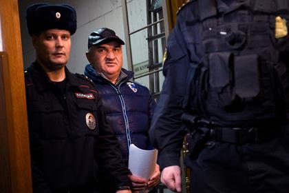 Рауль Арашуков (в центре)
