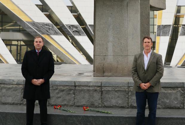 Бен Ходжес (слева) 5 ноября 2018 возле стелы «Минск — город-герой»