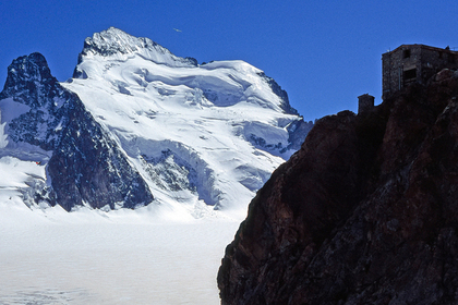 Массовые лавины в Альпах унесли жизни десяти человек