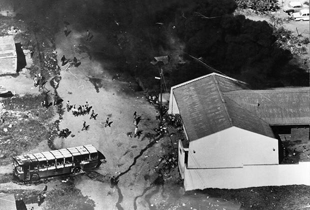 Более 100 человек были убиты и более 1000 получили ранения в Южной Африке в результате протестов против апартеида в Соуэто, недалеко от Йоханнесбурга