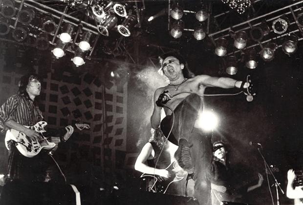6 апреля 1991 года. Москва, Дворец спорта «Крылья Советов». Фестиваль «Рок против террора». На сцене «Алиса»