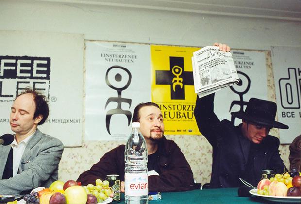 1997 год. Москва, ДК Горбунова. Аккурат во время приезда «Саморазрушающихся Новостроек» (Einsturzende Neubauten) рухнул очередной дом на окраине Москвы. Бликса Баргельд (Blixa Bargeld) берет за это ответственность на пресс-конференции
