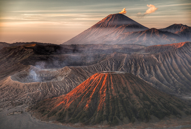 Гора Бромо на острове Ява в Индонезии на снимке малайского фотографа Рослана Насира. Кадр сделан на рассвете, когда температура воздуха едва достигает 8 градусов.