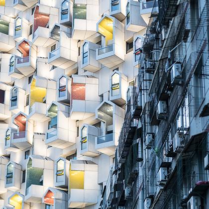 Канадка Дженифер Бин запечатлела в одном кадре два края спектра жилищного рынка Тяньшана — района городского подчинения городского округа Урумчи Синьцзян-Уйгурского автономного района Китая.