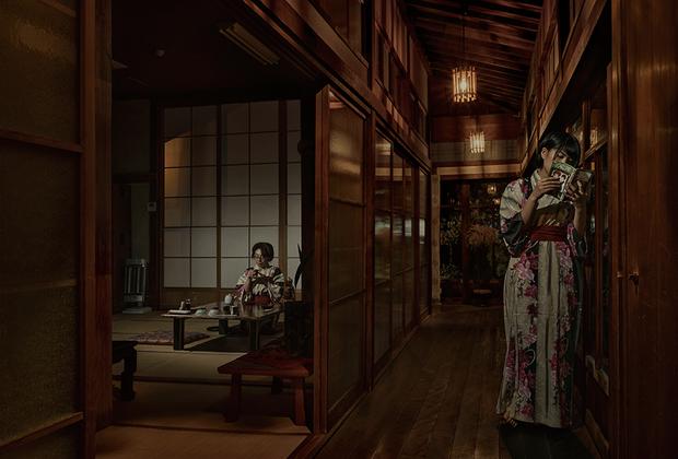 Фотография «Семейный Рёкан в Беппу» француза Николя Буайе демонстрирует внутреннее убранство рёкана —традиционного японского отеля, который часто управляется семьей и передается из поколения в поколение. В таких отелях гости спят на татами, а не в кровати.