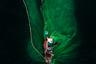 Жители коммуны Хон Йен в процинции Пху Йен, что в центральном Вьетнаме, ловят анчоусов с помощью сети. С высоты птичьего полета сеть напоминает распускающийся цветок, что и дало название снимку «Цветы моры» вьетнамского фотографа Трунга Пхам Хуя.