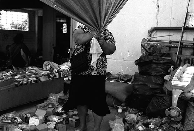 «Этот уличный базар —мое любимое место для съемок в Афинах. Каждое воскресенье в одном и том же месте, в одно и то же время, но никогда не одинаков. Для меня это отличная возможность каждый раз наблюдать и фотографировать разные сценки, людей или детали, которые притягивают взгляд. Это одна из таких фотографий», — рассказывает грек Янис Линоспорис.