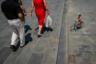 Неназванная фотография испанца Стэна де Соусы — яркий пример оптического обмана. Фотограф сделал ее на площади Барселонета, куда он приходил в течение трех недель, каждый раз выжидая нужного момента по несколько часов.