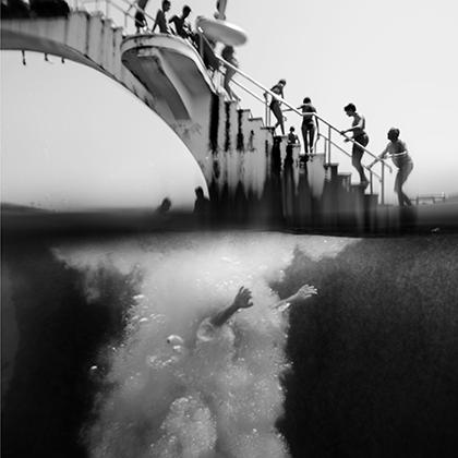 Грек Филиппос Алафакис запечатлел на своем снимке «Руки» момент сразу после прыжка мужчины с трамплина на одном из многолюдных пляжей острова Родос.