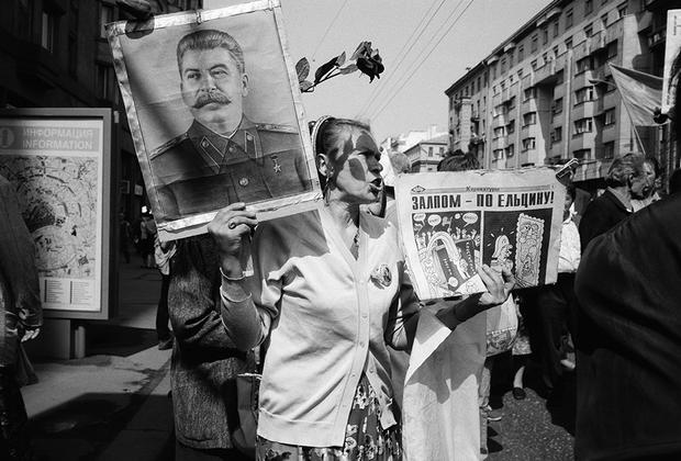 «Я запомнил эту старушку, потому что на Тверской тогда появились новые рекламные билборды, и тут такое совпадение — новая реклама и протестный митинг, так же, как и на фотографии 1998 года, только тут виден фасад других зданий», — рассказывает Мухин.