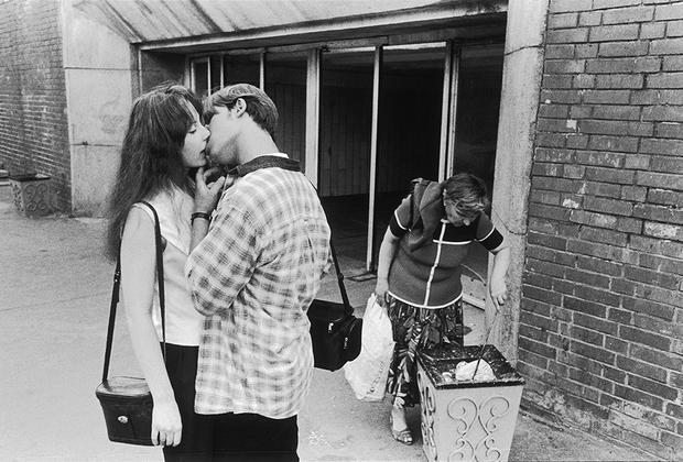 «Я снимал рок-н-ролльную молодежь в СССР: Гребенщикова, Цоя, публику на концертах… Потом у меня был перерыв. Снимать город было практически невозможно — рухнула империя, люди потеряли работу, была сильная агрессия»,— рассказывает Мухин. Середина 90-х для него — это попытка вернуться на улицу и начать снова заниматься стрит-фотографией.