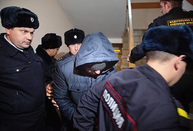 Бывший сотрудник полиции Эдуард Матвеев (в центре), обвиняемый в изнасиловании девушки-дознавателя, во время рассмотрения ходатайства следствия об аресте в Кировском районном суде Уфы