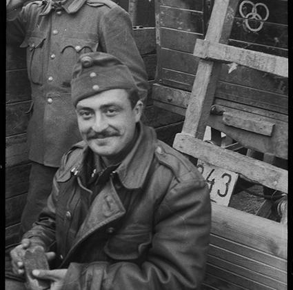 Немецкие солдаты во время погрузки в вагоны на железнодорожной станции. Украина, 1941 год.