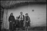 Деревенские жители у своего дома. Украина, 1941 год.