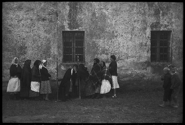 Исповедь у стен церкви. Украина, 1941 год.