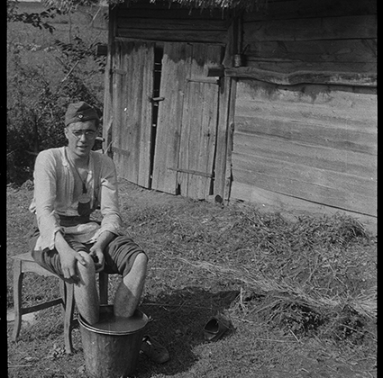Немецкий солдат во время отдыха. Украина, 1941 год.