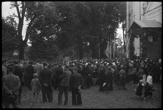 Празднование православного праздника во дворе церкви. Украина, 1941 год.