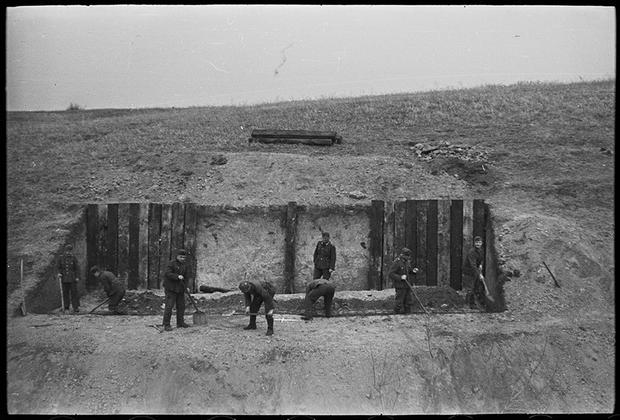 Подготовка боевых позиций для немецкой артиллерии. Украина, 1941 год.