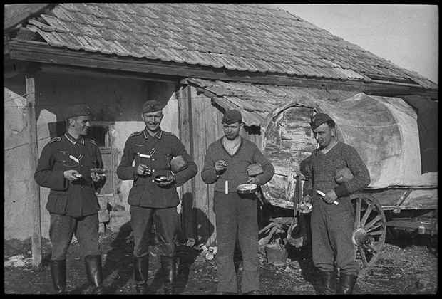 Немецкие солдаты с обеденным пайком. Украина, 1941 год.
