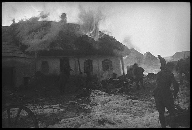 Поджог и разграбление деревенского дома. Украина, 1941 год.