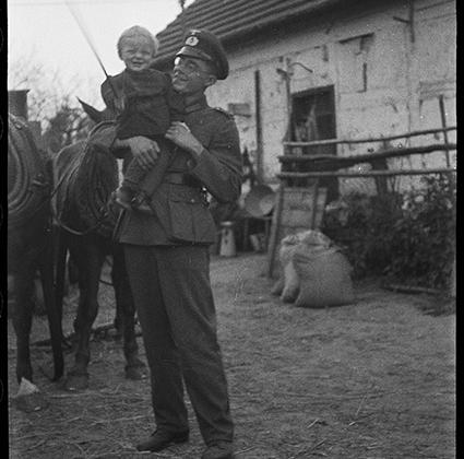 Немецкий солдат с ребенком на руках. Украина, 1941 год.