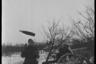 Артиллерист играет со снарядом возле немецкой легкой полевой гаубицы. Украина, 1941 год.