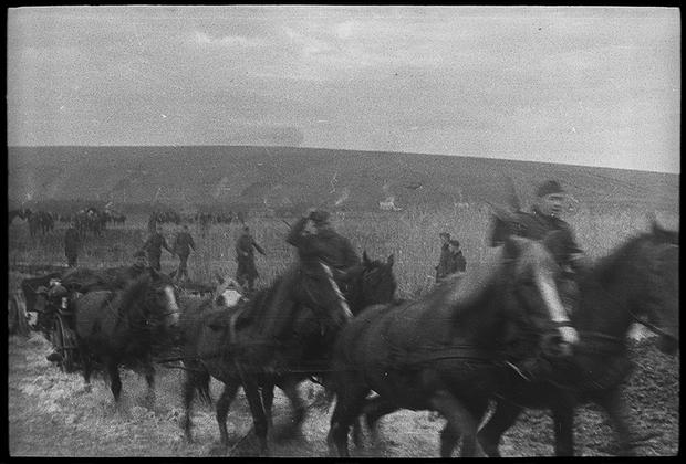 Продвижение немецкой артиллерии на гужевой тяге. Украина, 1941 год.