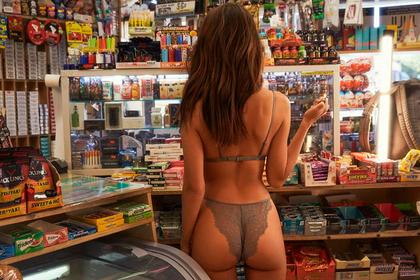 Эмили Ратаковски показала нижнее белье в продуктовом магазине