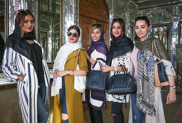 Молодые иранки предпочитают более яркую религиозную одежду, а платок зачастую лишь частично прикрывает волосы. Эта фотография сделана в Ширазе в 2017 году.
