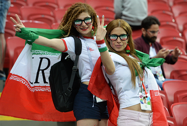 Любая заграничная поездка для иранских женщин — возможность снять ненавистную одежду. Во время чемпионата мира по футболу в России иранские болельщицы показали cебя во всей красе. В Иране же до прошлого года девушкам было запрещено даже просто посещать футбольные матчи. На фото: на матче между Ираном и Испанией, 2018 год.
