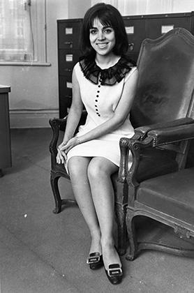 До революции иранские женщины могли не только носить платья выше колена, пить алкоголь и тусоваться, но и занимать высокие должности. На фото: Ширин Тахмассаб —первая иранская женщина-дипломат, работавшая за рубежом.