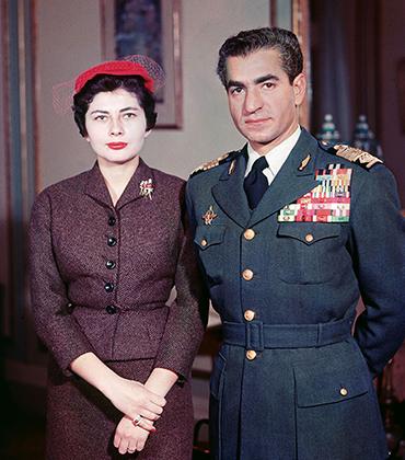 Шах Ирана Мохаммед Реза Пехлеви и его вторая жена Сорайя, с которой он развелся в 1958 году из-за того, что она так и не смогла родить наследника. Сорайя одевалась скромнее, чем Фарах, но все же вполне по-европейски.