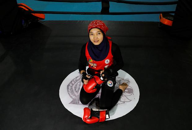 """В то же время в сельских районах Афганистана традиции всегда значили больше, чем установки центрального правительства, так что там жизнь даже при худшем раскладе может поменяться не так сильно. Однако для городской молодежи свобода в современном мире крайне важна. <br><br> 17-летняя Каусар Шерзад занимается тайским боксом (муай-тай). «Афганские женщины многого достигли в спорте, поэтому я считаю, что """"Талибан"""" примет эти достижения», — отметила она."""