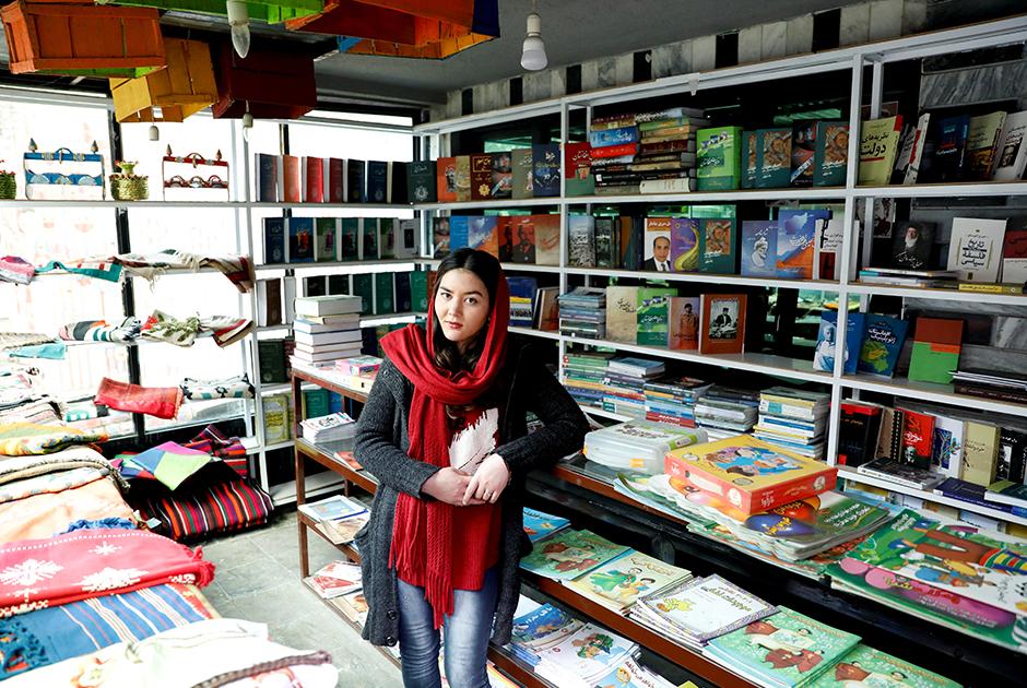 """Заргона Хайдари работает в книжном магазине, она настроена не очень оптимистично. «Не думаю, что """"Талибан"""" заключит сделку с правительством», — отмечает девушка.  <br><br> А вот 20-летняя Марьям Гулами из западной провинции Герат верит, что перемены в общество принесет ее поколение. По ее словам, этому будут способствовать в том числе технологии. Сама девушка сейчас изучает графический дизайн и программирование и любит оттачивать свои навыки с помощью пособий на YouTube."""