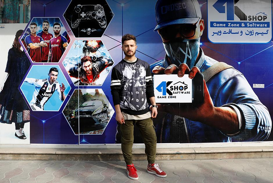 """Надим Кураиши — владелец магазина видеоигр с игровой зоной в Кабуле. По его словам, молодежь хочет положить конец продолжающемуся конфликту. «Мы надеемся на прочный мир между правительством и """"Талибаном""""», — отметил он."""