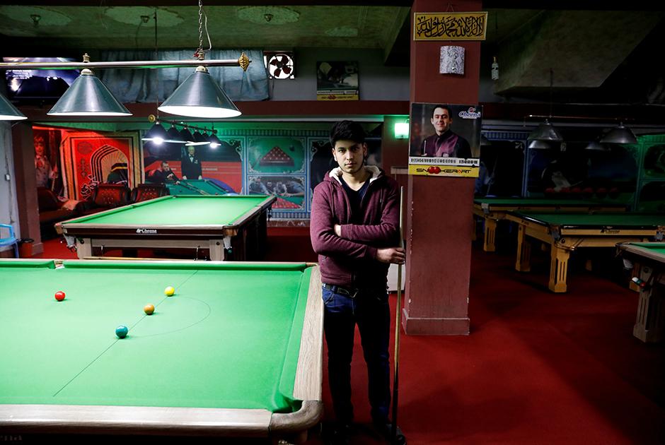 18-летний Фарзад Аслами отмечает, что афганцы уже настрадались, в том числе из-за постоянных террористических актов. «Мы хотим мира во имя благополучия нашей страны», — сказал он. <br><br> В свою очередь работающий в столичном магазине одежды 19-летний Омар обеспокоен перспективой ухода войск США. По его словам, Афганистану нужна помощь, и выводить американских солдат — не самое верное решение. Молодой человек также рассказал, что учит английский и мечтает путешествовать, однако уезжать из родной страны не планирует.