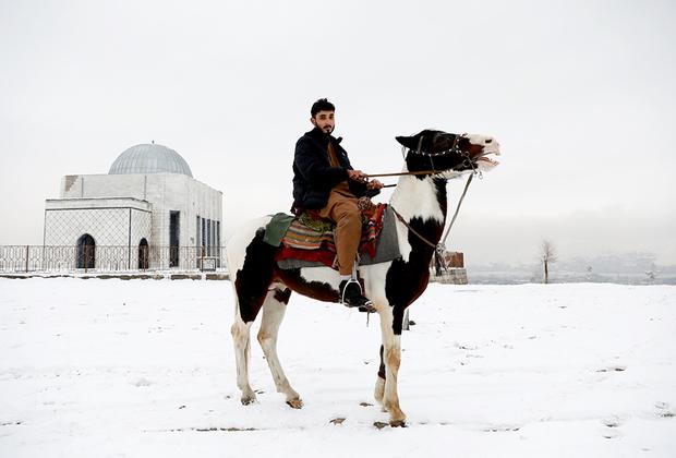 В Афганистане поразительно молодое население: более трети из 35 миллионов человек младше 25 лет. Однако молодежь сталкивается с огромными проблемами при поиске работы: экономика просто не может обеспечить новые места для 400 тысяч человек каждый год.  <br><br> «Для мира требуется, чтобы все сложили оружие и занялись образованием и процветанием страны», — отмечает 22-летний доктор Мохаммад Джавед Моманд.
