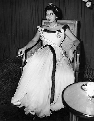 Королева не стеснялась появляться в европейской одежде и курить перед объективами фотографов.