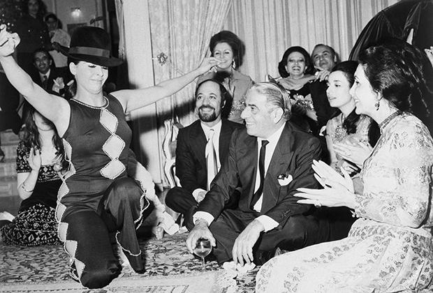 Аристотель Онассис на вечеринке, организованной его иранскими друзьями в местном кабаре.