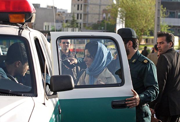 Иранская полиция следит за соблюдением мусульманского дресс-кода. Женщина на фото была арестована в Тегеране 21 апреля 2007 года за то, что ее платок не полностью скрывал волосы.