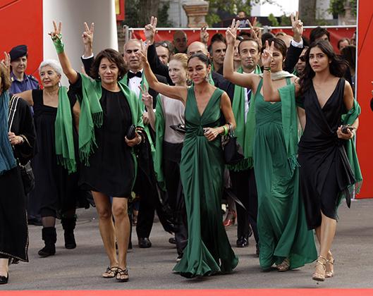 Иранские политические эмигранты регулярно привлекают внимание к проблеме ущемления прав женщин. В 2009 году на Венецианском кинофестивале иранский режиссер Ширин Нешат устроила на красной ковровой дорожке настоящее дефиле, в котором участвовали молодые иранки.
