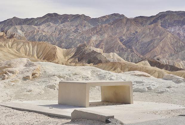 """Одна из самых известных серий фото, опубликованных мастером, называется «Разрастание городов» (Urban Sprawl). «Американский ландшафт широк, полон вдохновения, драмы и красоты — но в нем есть и пустоты. Мои фотографии исследуют что-то между этими двумя полюсами», — <a href=""""https://www.lensculture.com/articles/emmanuel-monzon-urban-sprawl-emptiness"""" target=""""_blank"""">поясняет</a> автор."""
