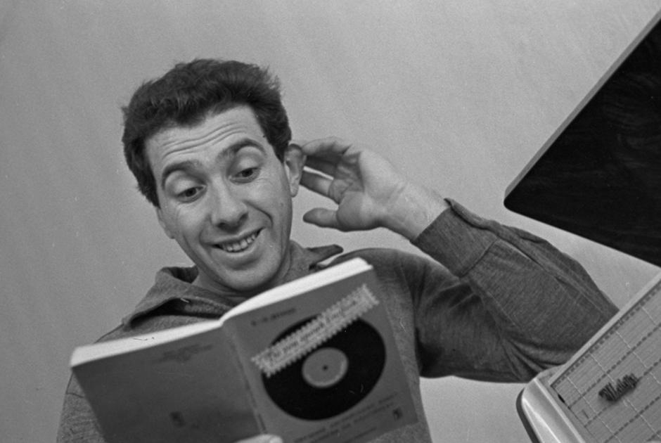 Сергей Юрьевич родился 16 марта 1935 года в Ленинграде. Именно там, на сцене Большого драматического театра, он впервые попробовал себя в качестве режиссера и создал свои первые спектакли. Среди них — «Мольер» и «Фантазии Фарятьева». Его первая постановка 1969 года «Фиеста» по роману Эрнеста Хэмингуэя так и не была выпущена. Юрский рассказывал, что причиной этому стали разногласия с главным режиссером театра Георгием Товстоноговым.