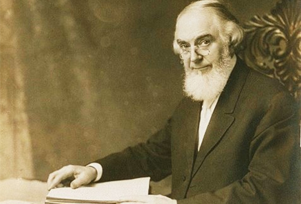 На фоне Рутерфорда создатель движения «Исследователей Библии» Чарльз Рассел жил, как аскет, а его образ жизни был верхом добродетели.